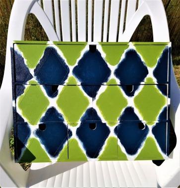 2-Mini-commode-Ikea-peinte-en-losange-vert-et-bleu-avant-le-retrait-du-masking-tape.jpg