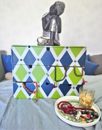 4-Mini-commode-Ikea-peinte-en-gris-vert-et-bleu-avec-perles-vue-de-face.jpg
