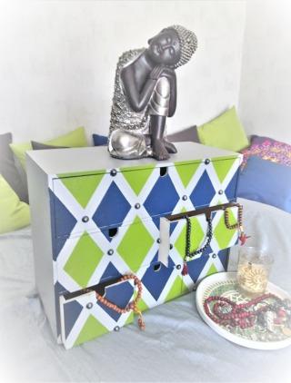 5-Mini-commode-Ikea-peinte-en-gris-vert-et-bleu-avec-perles-vue-de-diagonale.jpg